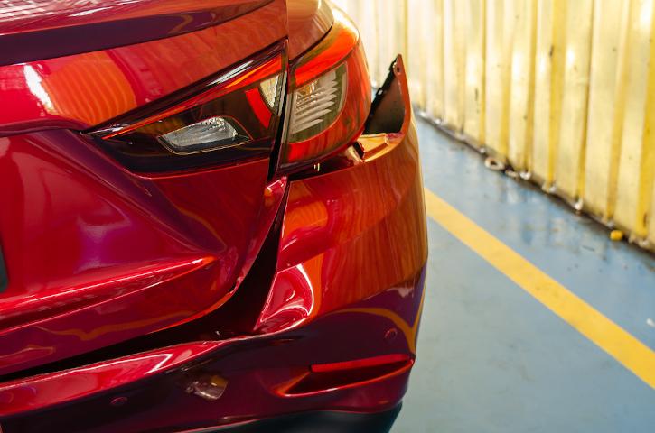 Parte posterior coche abollada
